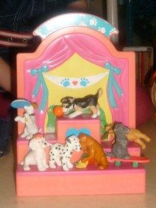 Plasthundar som står på en prispall