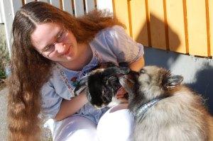 Silva slickar Jumjum som sitter i mitt knä. Foto: Berenike Dunér