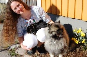 Jag sitter med kaninen Jumjum i knät och Silva bredvid. Foto: Berenike Dunér