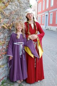 Med lillasyster, båda i medeltidsklänningar