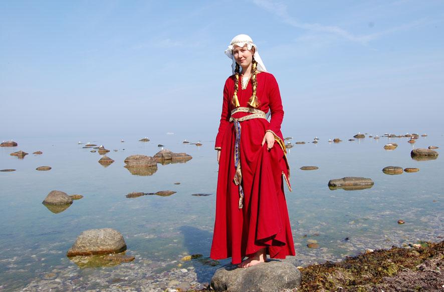 Klarröd ylleklänning med vida ärmar och vid fåll.