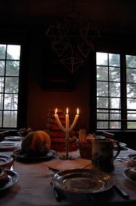 Julmat, grenljus och finporslin.