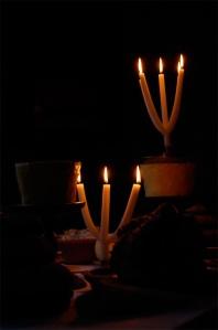 Två grenljus i mörker