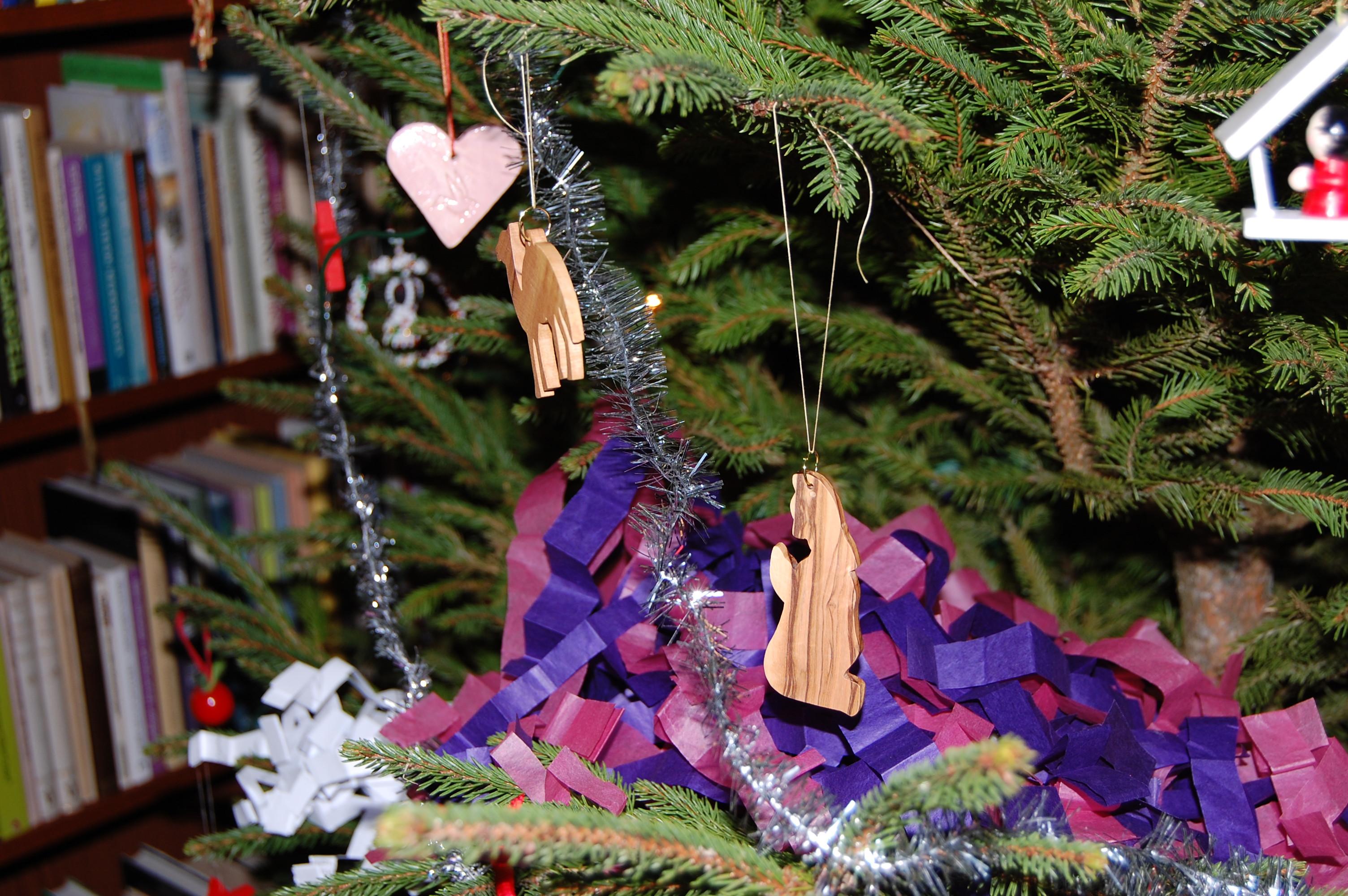 Träfigurer och smällkaramell i julgran.