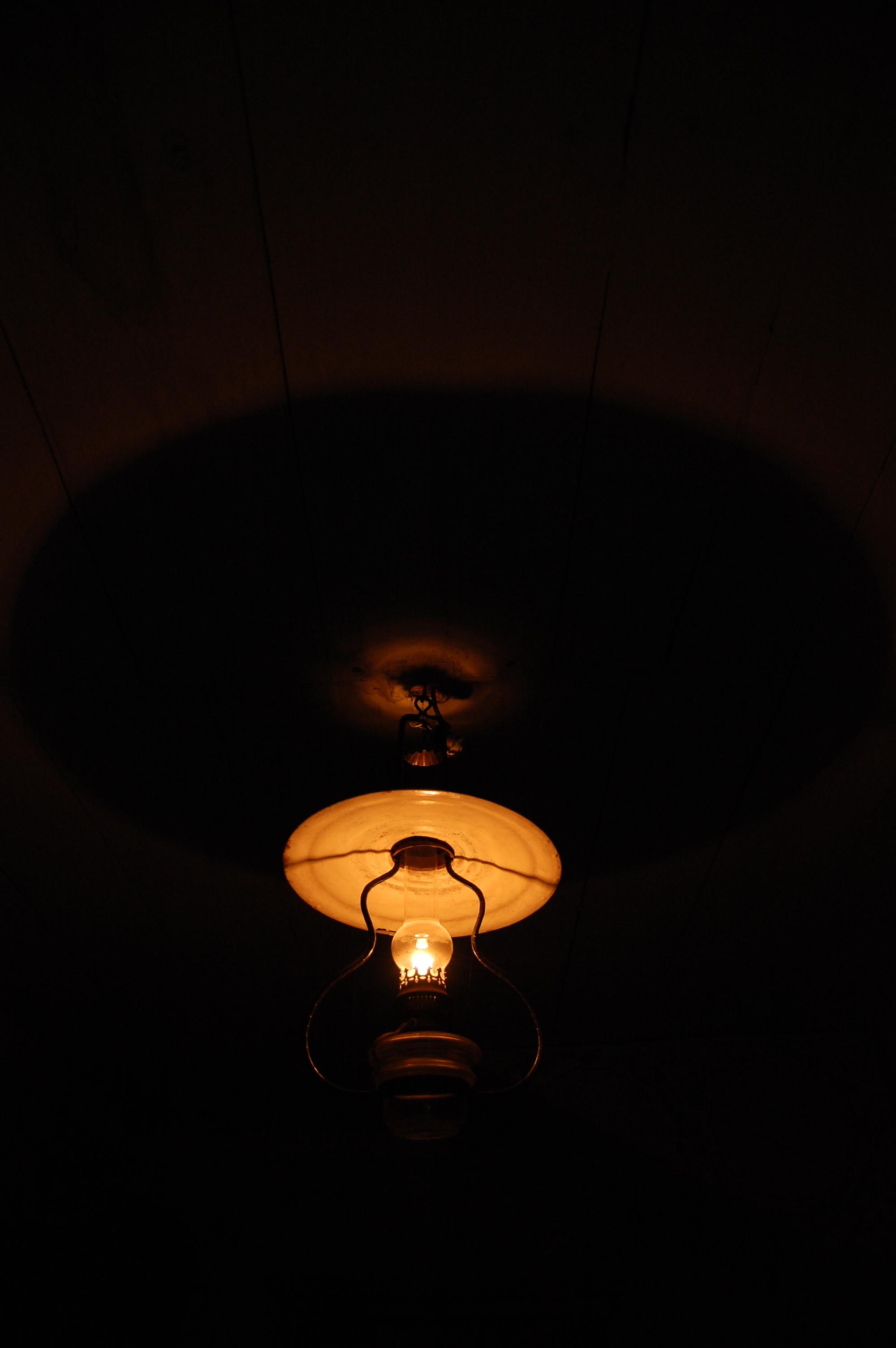 Hängande fotogenlampa i mörkt rum