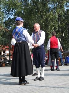 Dansande par i folkdräkt.