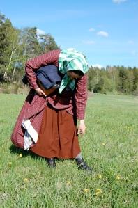 I brun ylleunderkjol, rutig 1850-talsklänning och sjalett