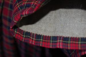 Närbild på ärmslut i rutig bomull med foder i oblekt linne