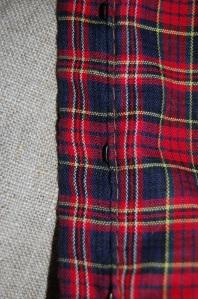 Närbild på rutigt bomullstyg och oblekt linnetyg