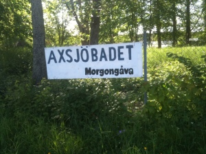 Skylt vid Axsjöbadet, Morgongåva