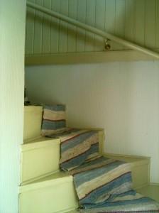 Trappa till övervåningen med trasmatta i