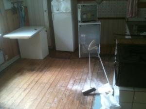 Smala, mörknade golvplankor i köket