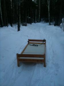 Säng som står ute i snön