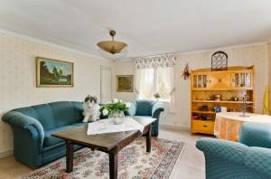 Vardagsrummet som det såg ut på visningen med stora blå soffor. Foto: Joel Grönberg