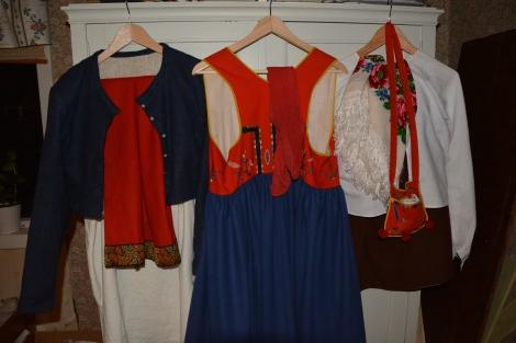 Alla dräktdelar upphängda på linneskåpet. Jacka, särk och underkjol är inte specifikt sydda till malungsdräkten, men passar mycket bra alla tre...